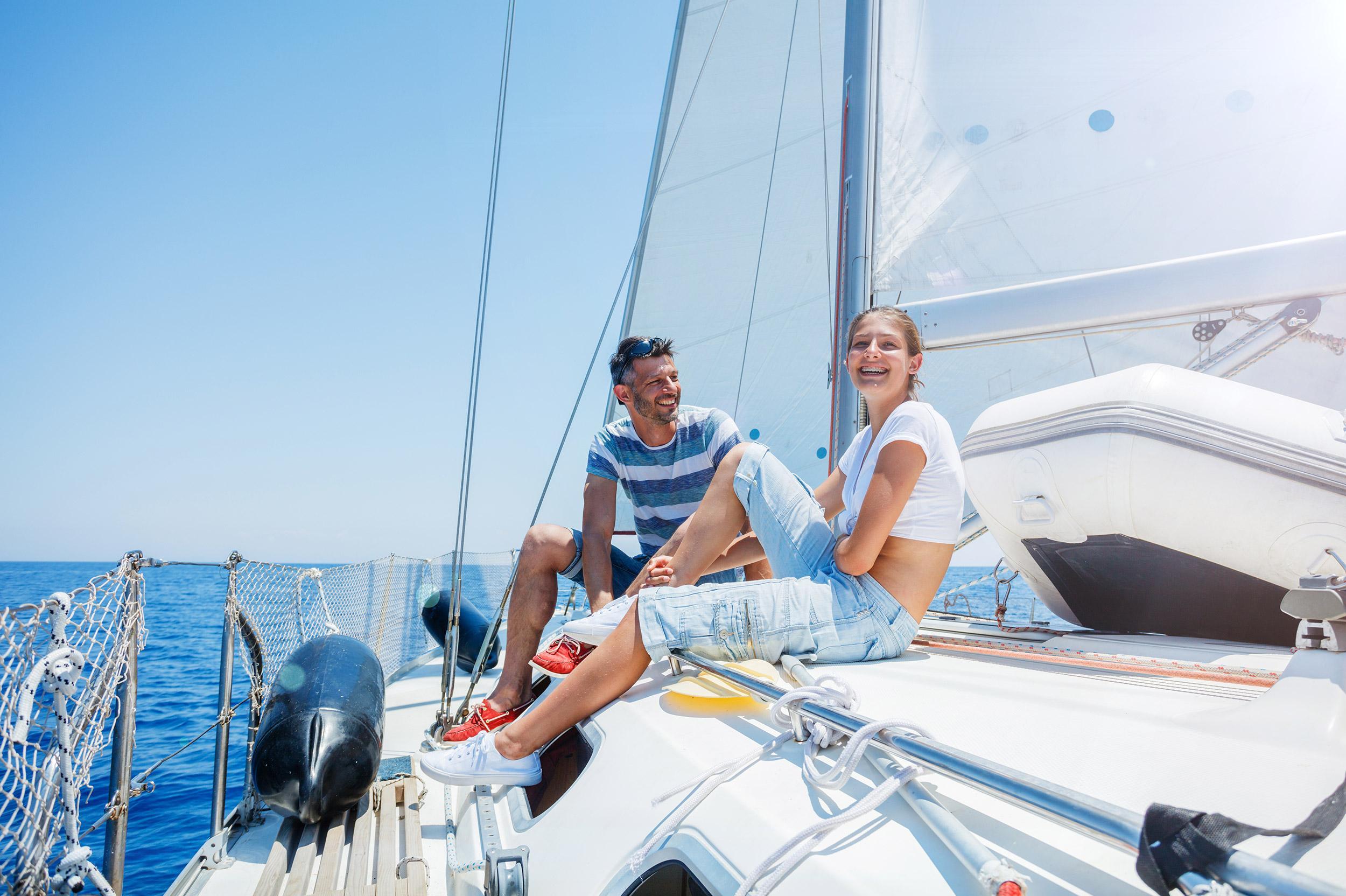 Muškarac i žena na jedrenjaku na moru