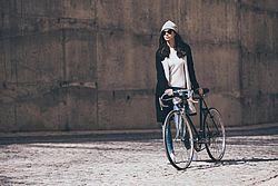 Djevojka drži bicikl