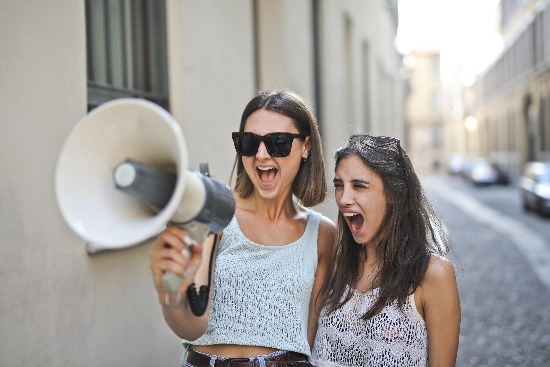 Dvije žene i megafon