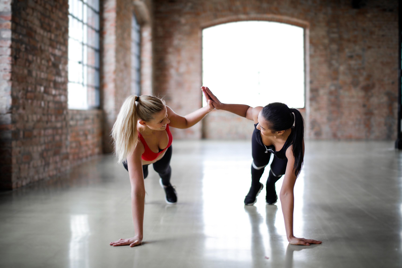Dvije žene vježbaju