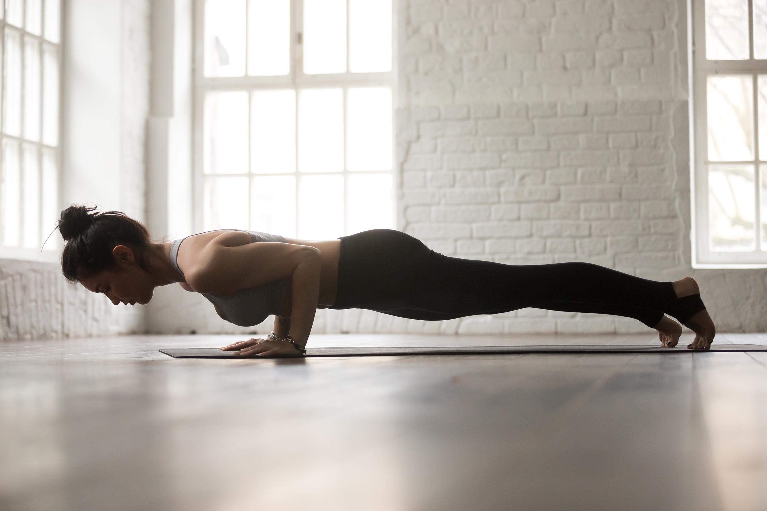 Djevojka vježba na podu na podlozi za vježbanje