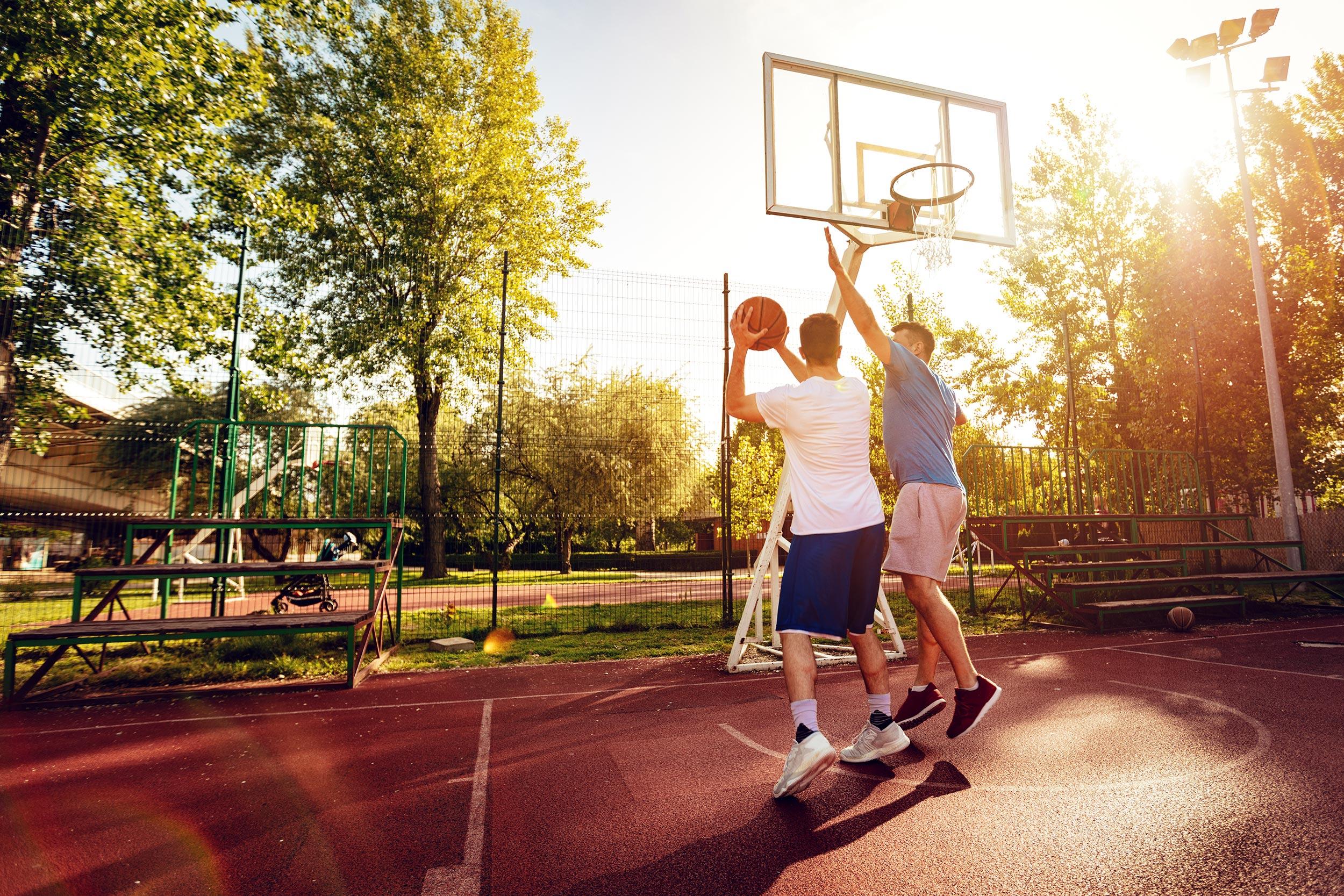 Dvojica mladića igraju košarku