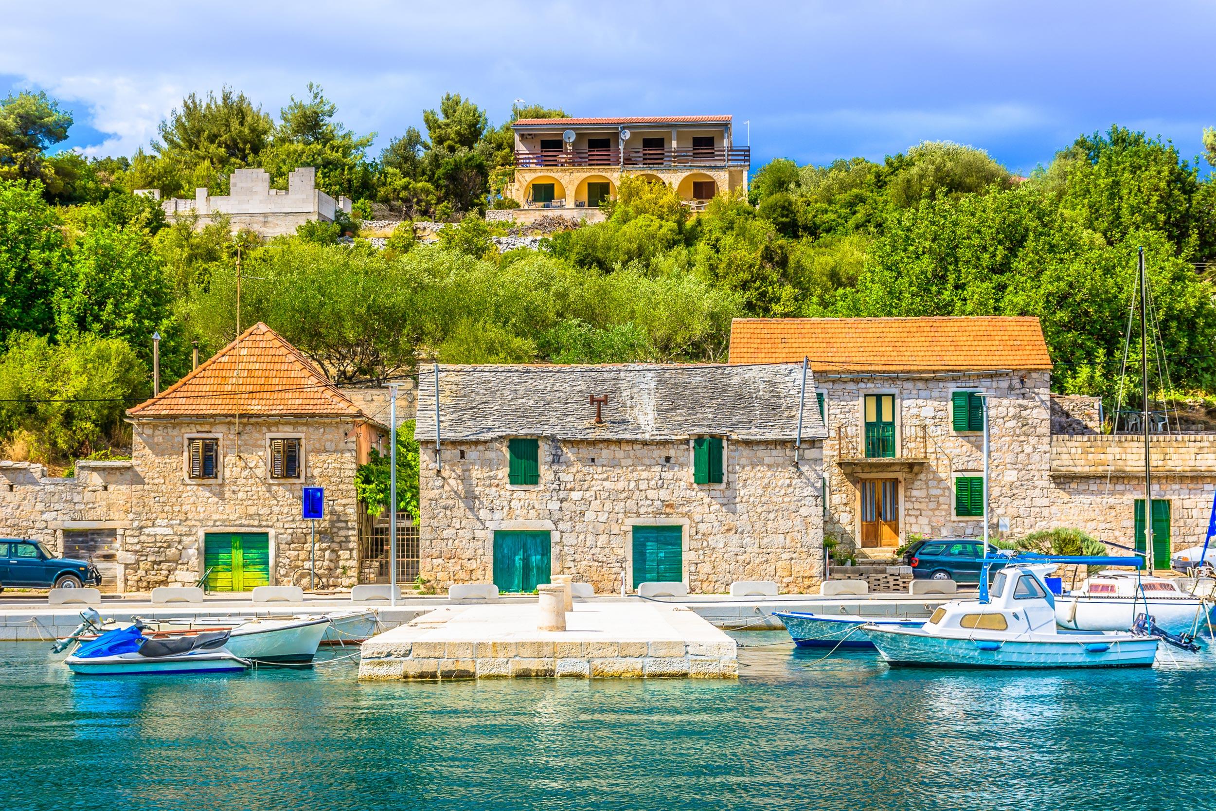 Stare kamene kuće uz obalu i barke