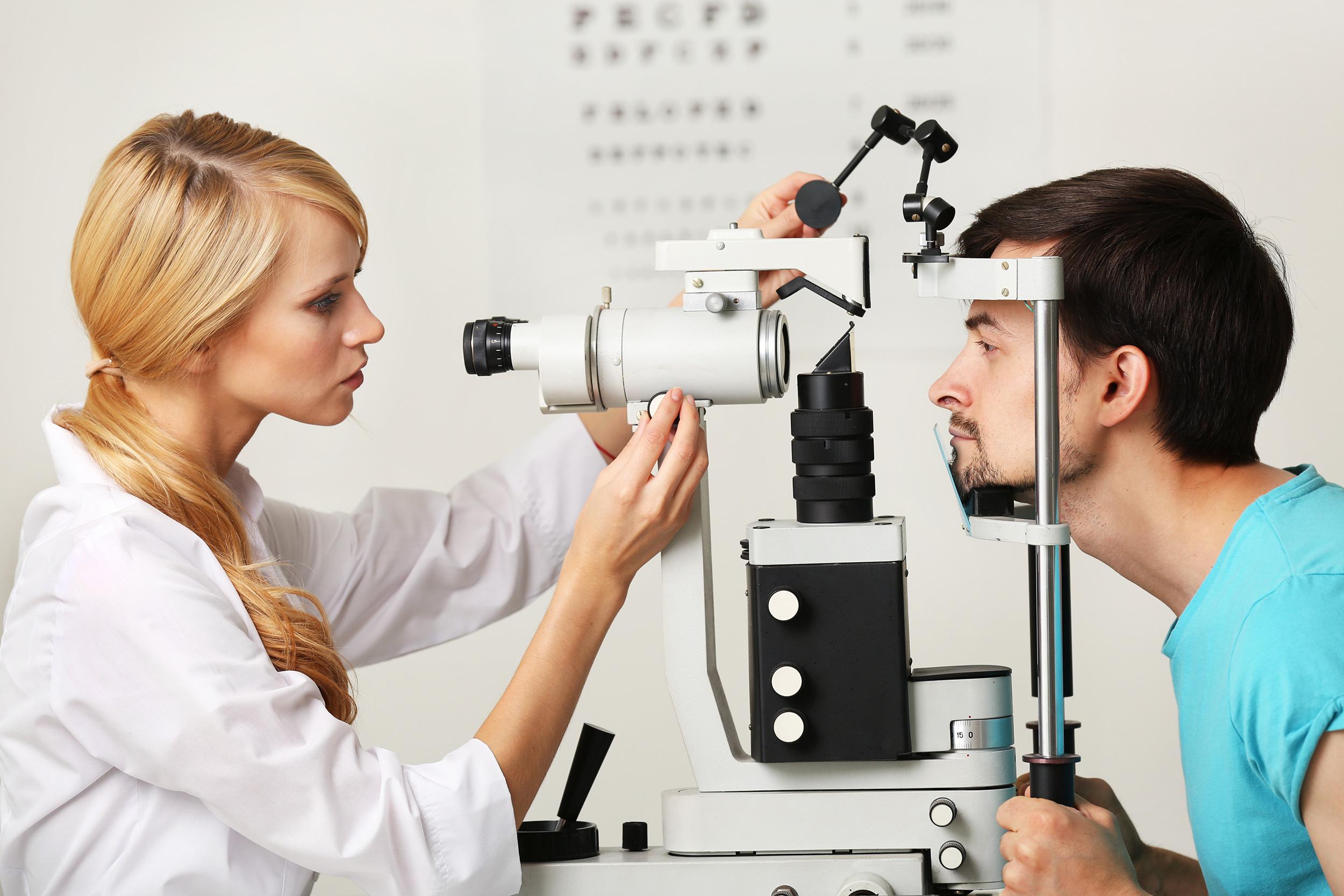 Liječnica oftalmolog pregledava pacijentu vid