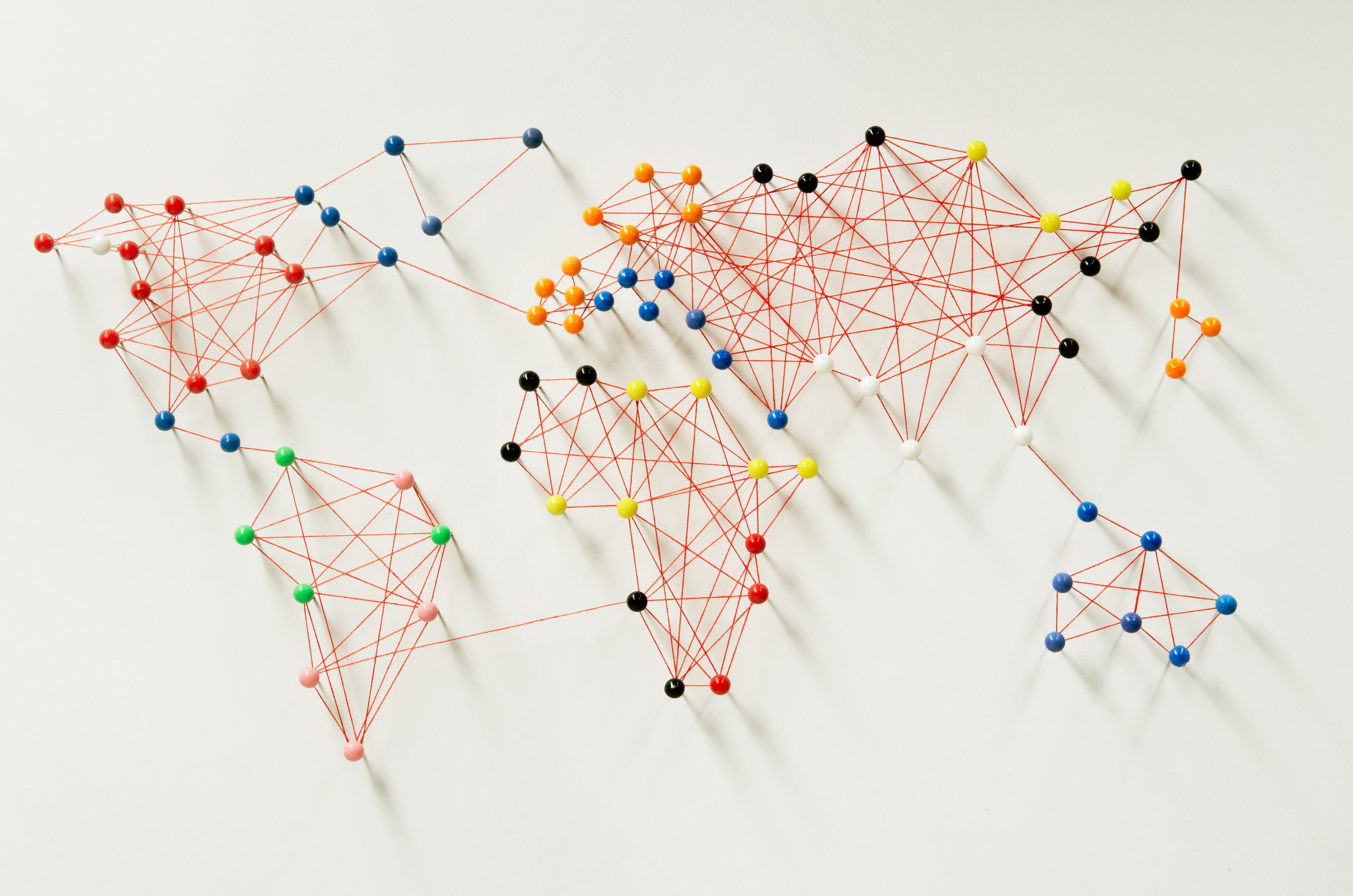 Karta svijeta na panou sa šarenim pribadačama