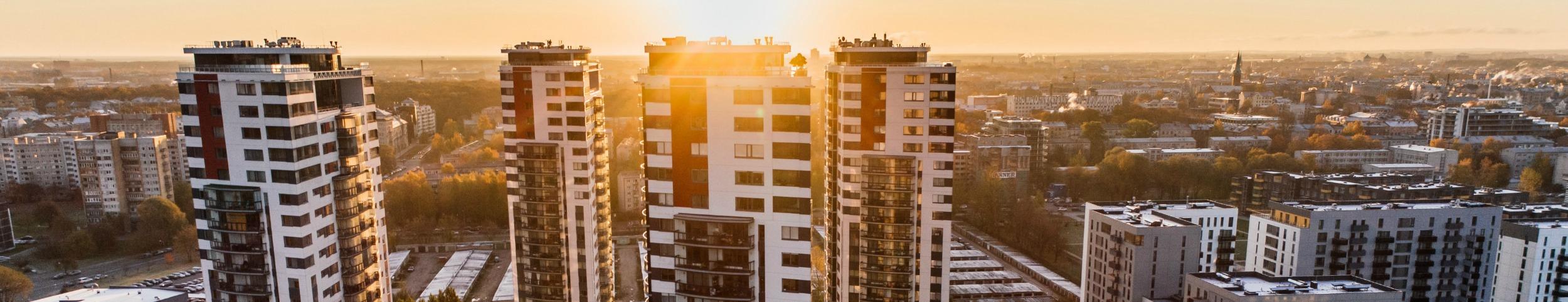 Pogled iz zraka na nebodere i zgrade u suton