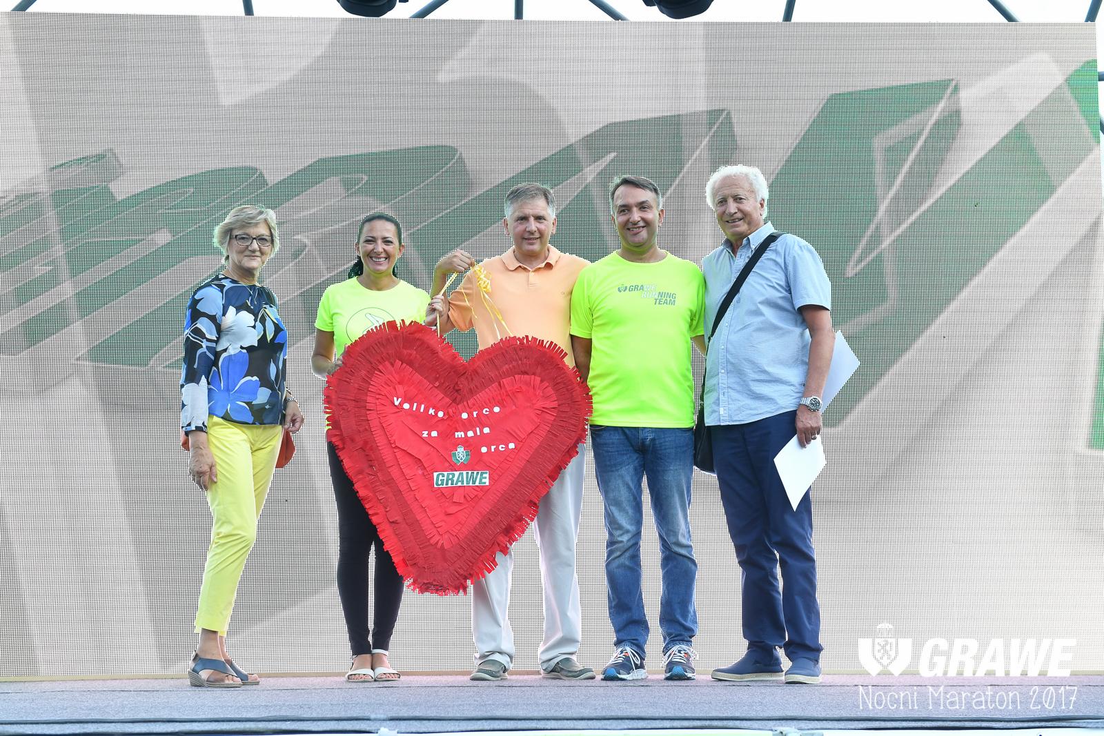 Dodjela donacije tijekom 4. GRAWE NOĆNOG MARATONA u kolovozu 2017. godine Udruzi Veliko srce malom srcu