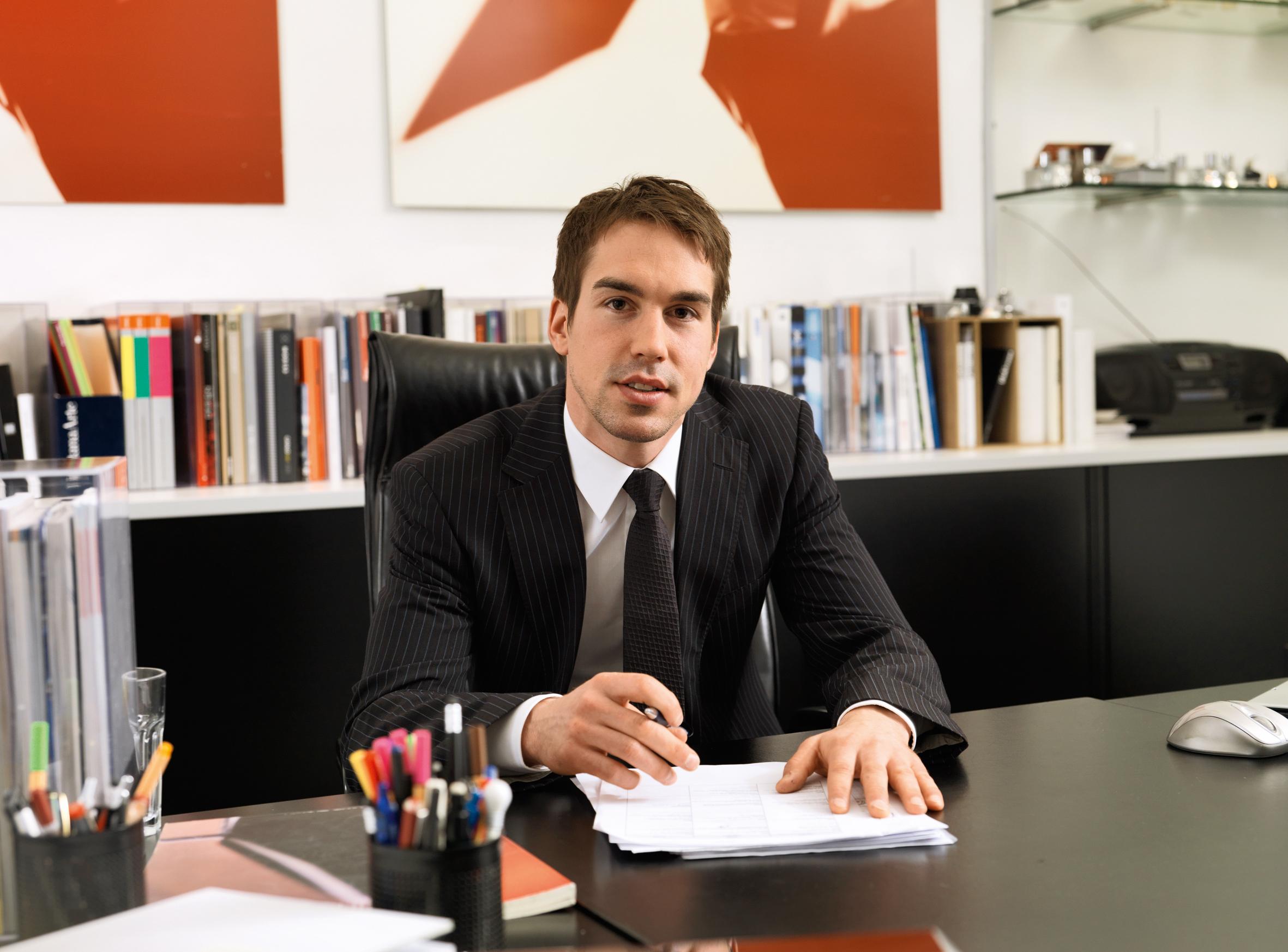 Muškarac za radnim stolom