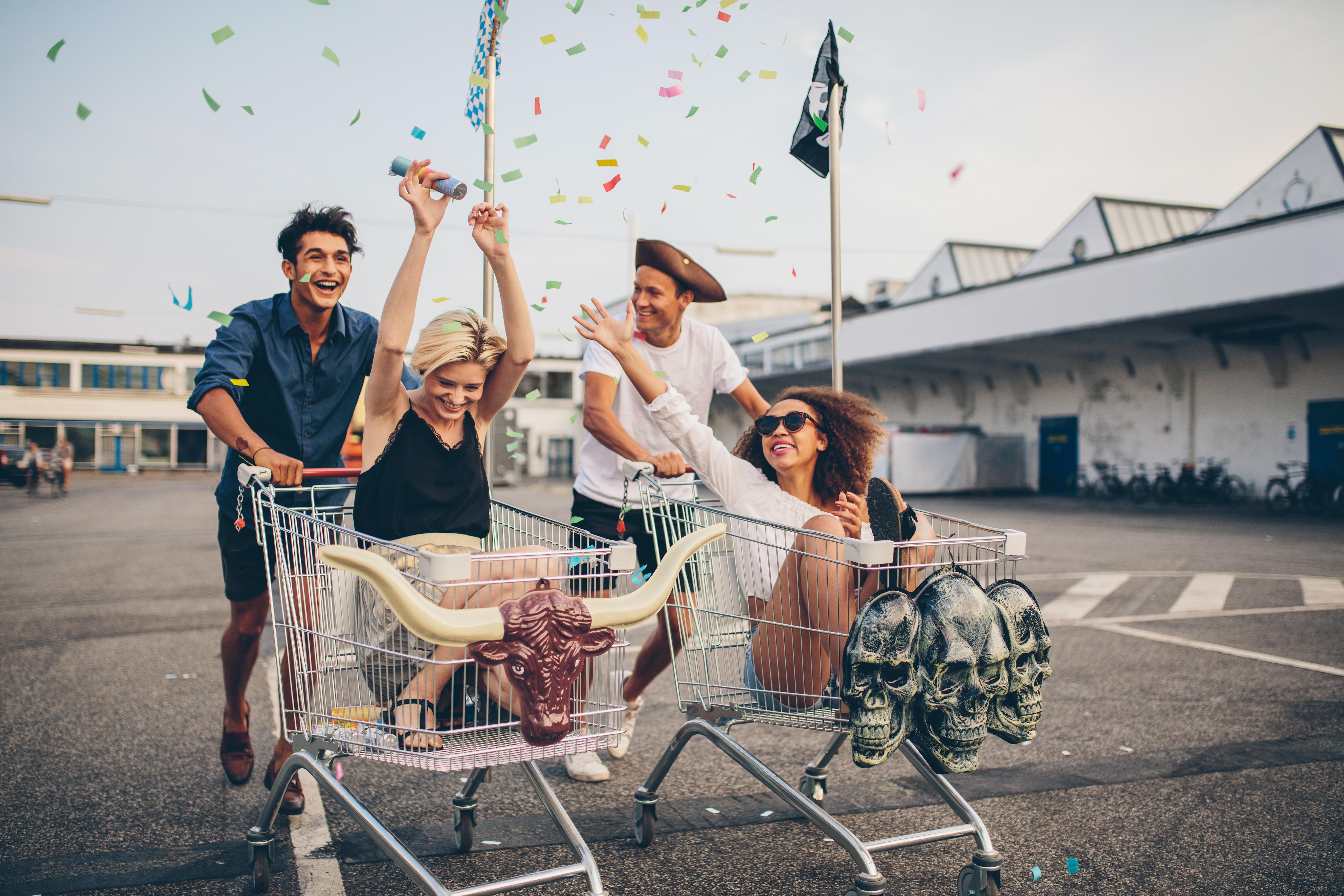 Mladi se voze u kolicima za shopping