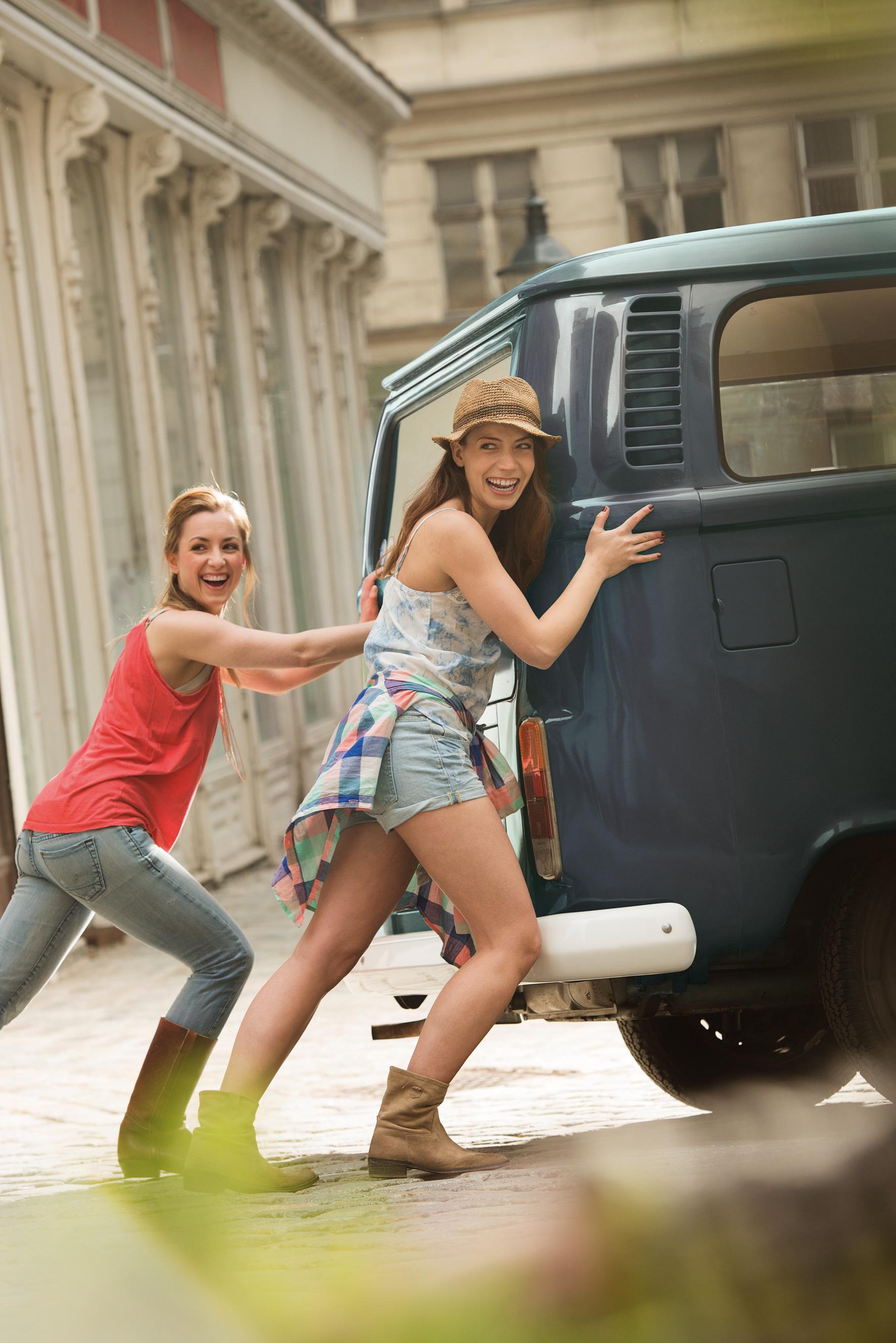 Dvije djevojke guraju stari kombi