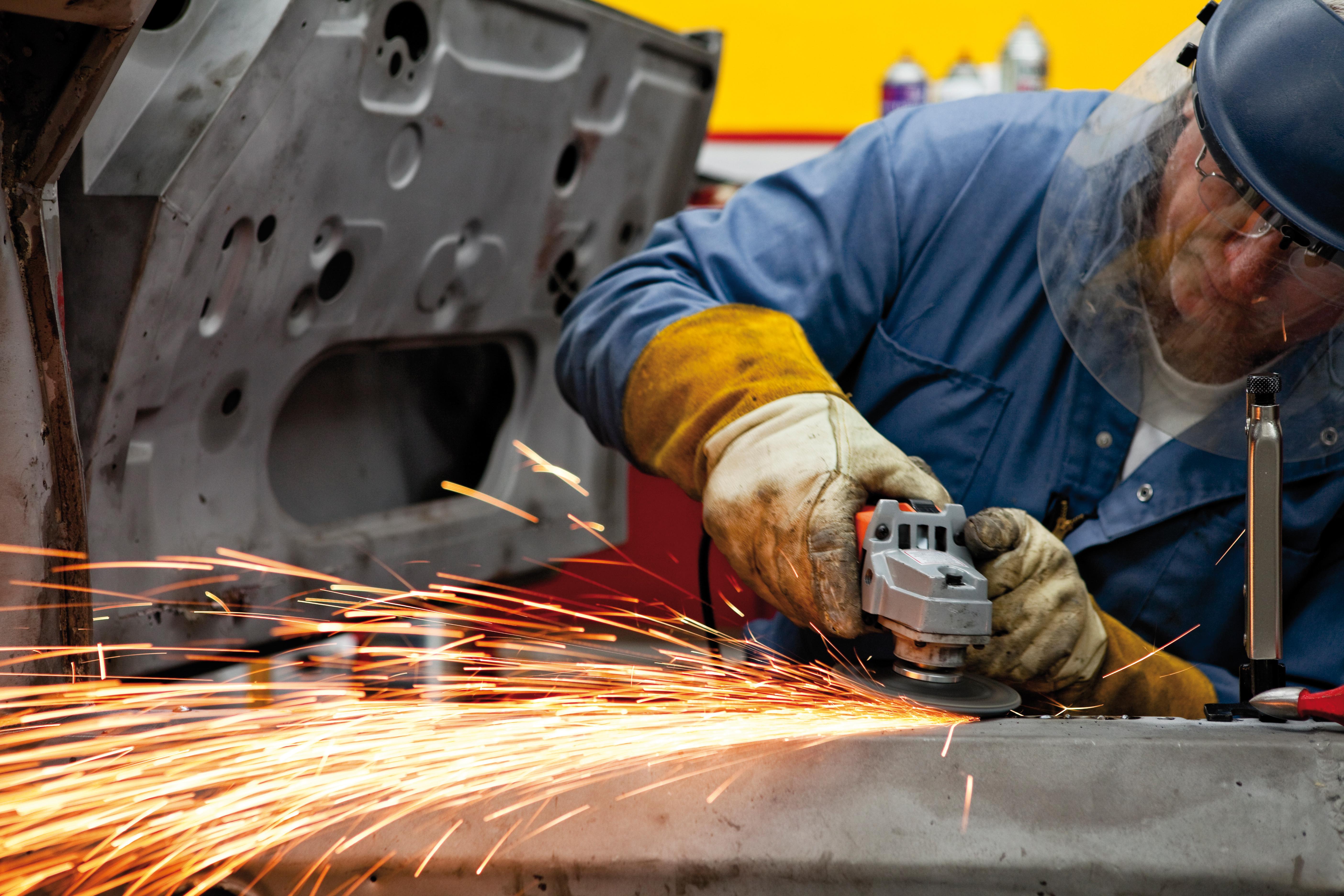 Radnik u tvornici ili radioni brusi