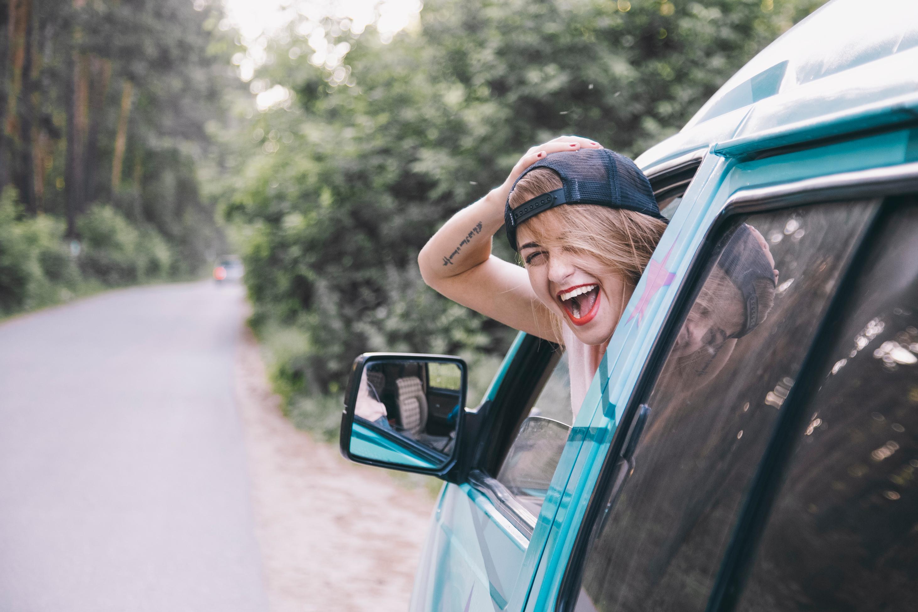 Žena viri iz automobila kroz prozor