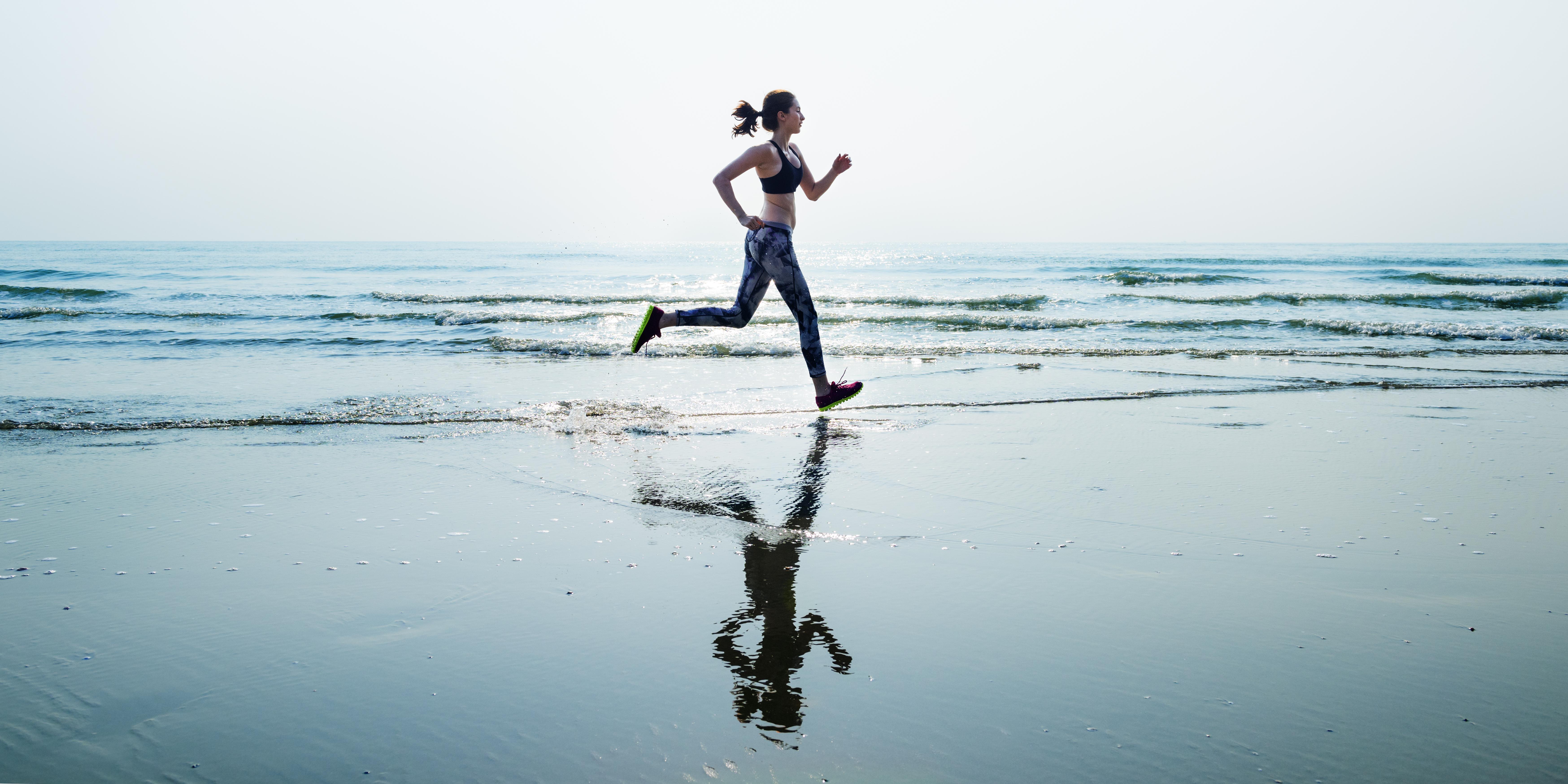 Djevojka trči po vodi